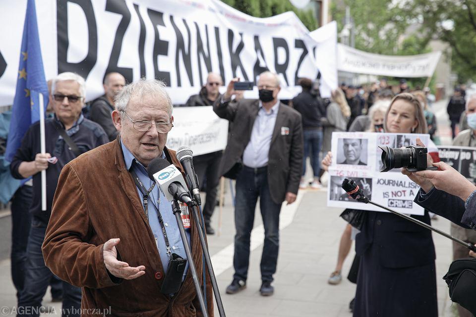 Maj 2021 r. 'Uwolnić Poczobuta!' Pikieta pod Ambasadą Białorusi. Przemawia Adam Michnik, redaktor naczelny Gazety Wyborczej