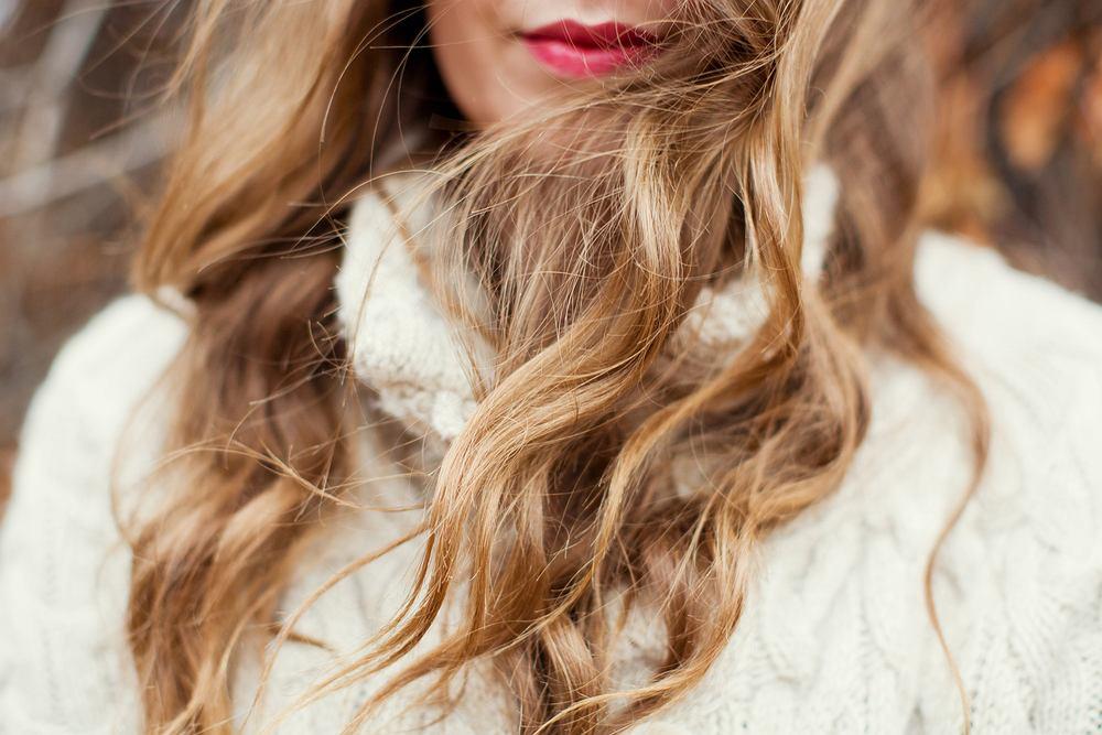 Fale na włosach - trendy na jesień 2019. Jak uzyskać najmodniejszą fryzurę w tym sezonie?