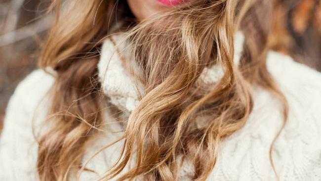 Jak zakręcić włosy na prostownicy w kilka minut? Poznaj prosty sposób na piękne loki [WIDEO]