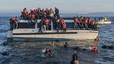 Uchodźcy przypływający na Lesbos (zdjęcie ilustracyjne)