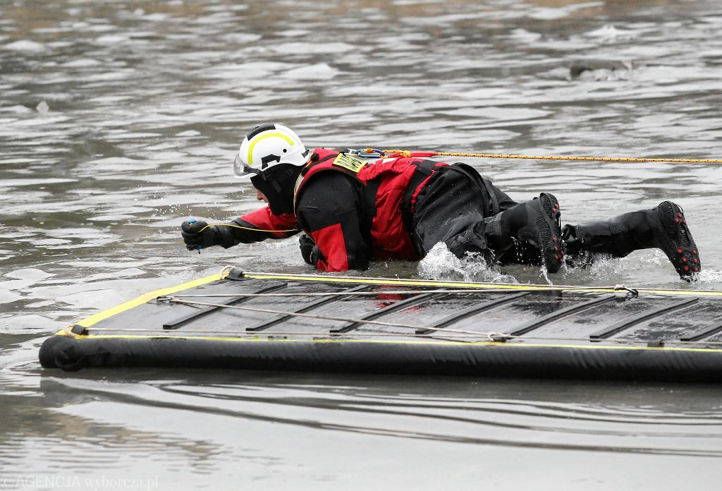 Tyń. Samochód wpadł do rzeki. W środku była kobieta w ciąży i mężczyzna pod wpływem alkoholu [zdjęcie ilustracyjne]