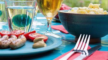 Przyjęcia na świeżym powietrzu, np. przy grillu, nie wymagają formalnej zastawy. Kolorowe talerze są tu jak najbardziej na miejscu. Możemy także wykorzystać plastikowe naczynia. Jednak dla wygody gości lepiej ich unikać, a w szczególności plastikowych sztućców. Przy gorących posiłkach mogą się odkształcać, do tego są nieeleganckie.