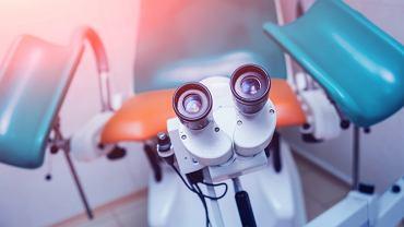 Kolposkopia to badanie, które wykonuje się za pomocą specjalnego aparatu wyposażonego w mikroskop/lupę, umożliwia to obejrzenie szyjki macicy nawet w czterdziestokrotnym powiększeniu