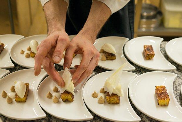 Deser - Chleb i mleko - układany na talerzach przez cukiernika St. Hubertusa Andreę Tortorę.