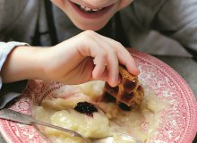 Lekko chrupiący budyń jaglano-waniliowy z piernikowym gofrem - ugotuj