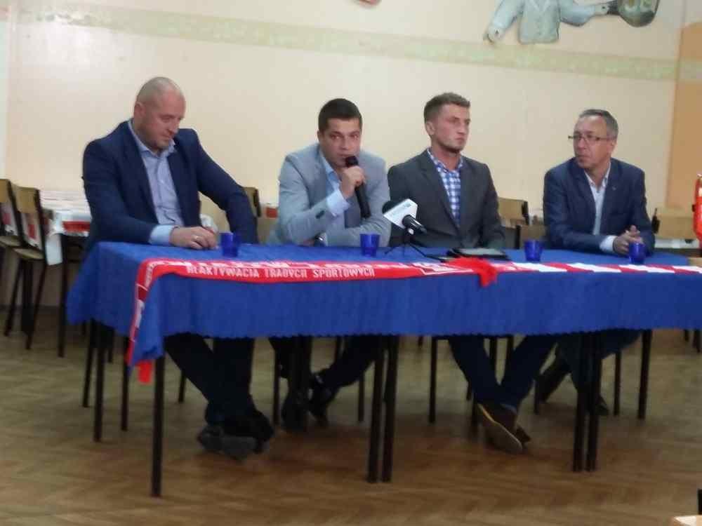 Marcin Płuska, nowy trener Widzewa, ze swoim asystentem i prezesami Widzewa
