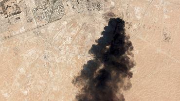 Arabia Saudyjska, czarny dym unoszący się nad rafinerią. Zdjęcie satelitarne