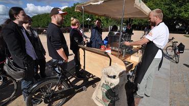 Kolejka do Cafe Rower na Jasnych Błoniach