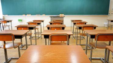 Jak napisać usprawiedliwienie nieobecności w szkole?  Należy pamiętać o podpisach i podać dokładną datę nieobecności. Zdjęcie ilustracyjne