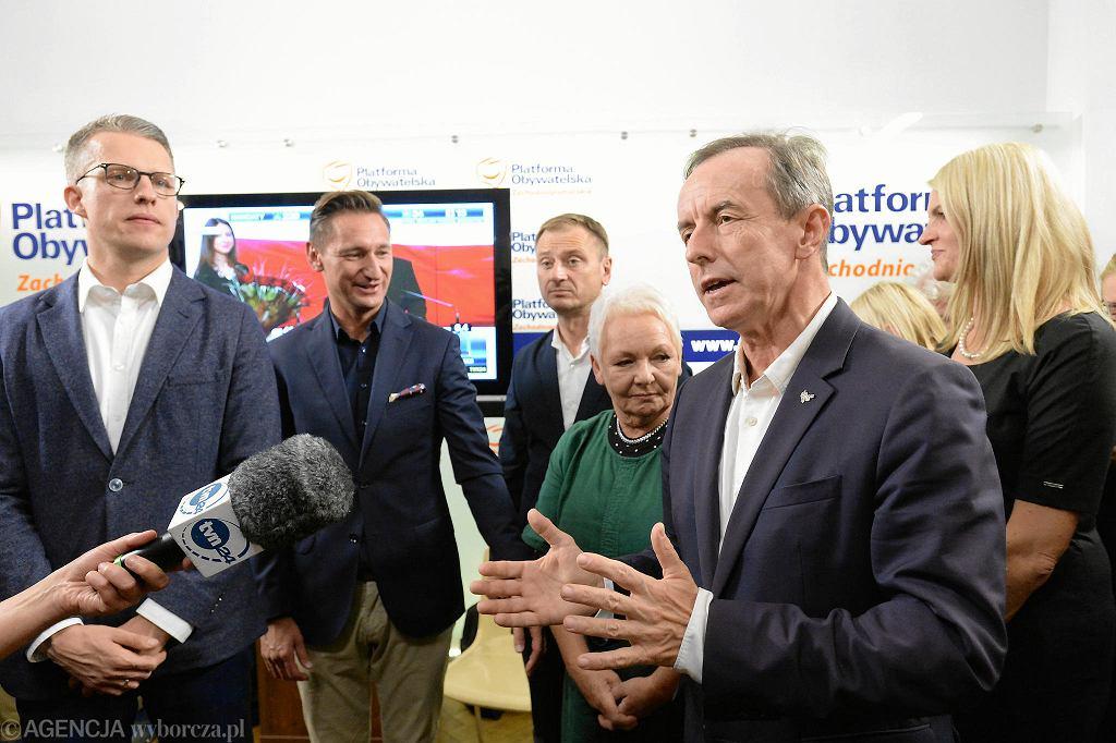 Wieczór wyborczy KO w Szczecinie. Od lewej: Arkadiusz Marchewka, marszałek Olgierd Geblewicz, Sławomir Nitras, Magdalena Kochan i Tomasz Grodzki