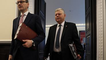 Prezes rady ministrów Mateusz Morawiecki i jego szef gabinetu Marek Suski wchodzą na posiedzenie rządu PiS. Warszawa, 15 stycznia 2019