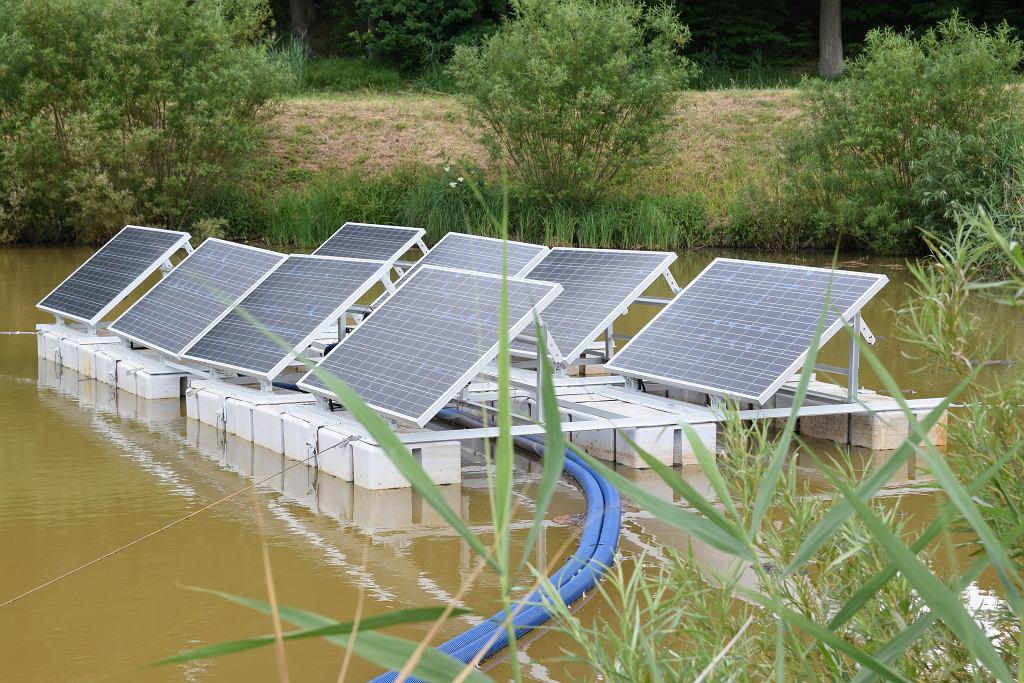 Pilotażowy program paneli fotowoltaicznych zainstalowanych na wodzie w Łapinie.