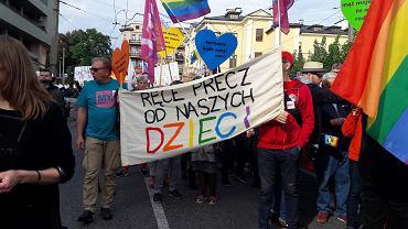 Marek Błaszczyk niosący transparent (prezes stowarzyszenia My rodzice)