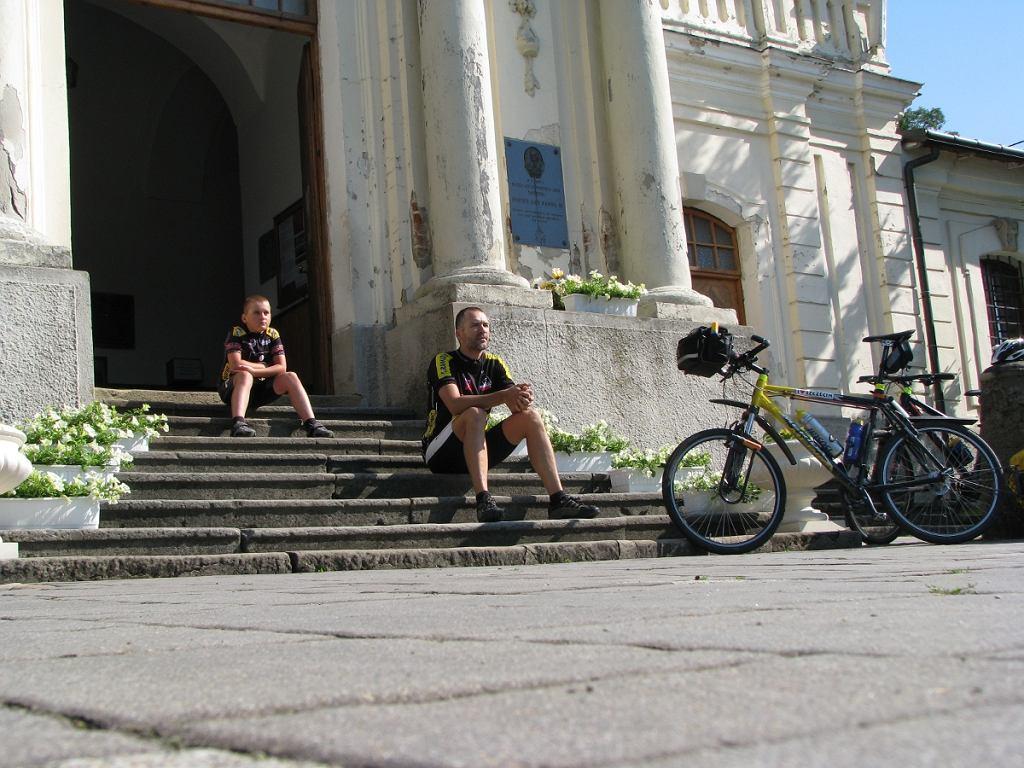 Tata i syn na wspólnej wyprawie rowerowej.