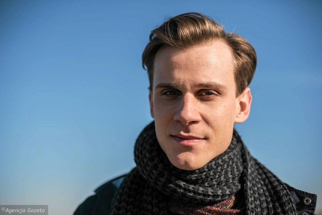 Aktor Marcel Sabat na planie serialu