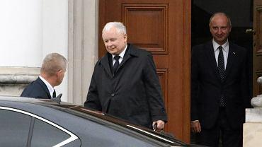Prezes PIS-u Jarosław Kaczyński wychodzi ze spotkania z prezydentem Andrzejem Dudą. Warszawa, Belweder, 22 września 2017.