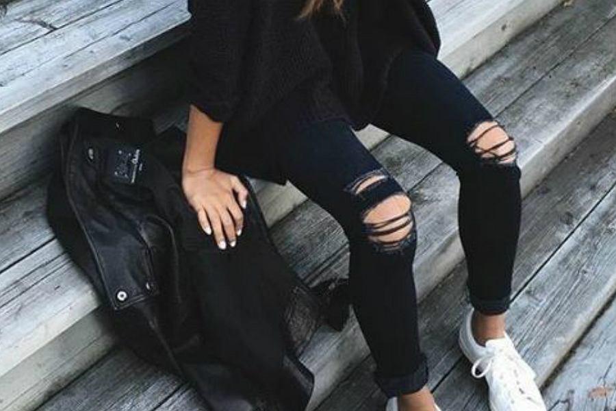 czarne spodnie z dziurami