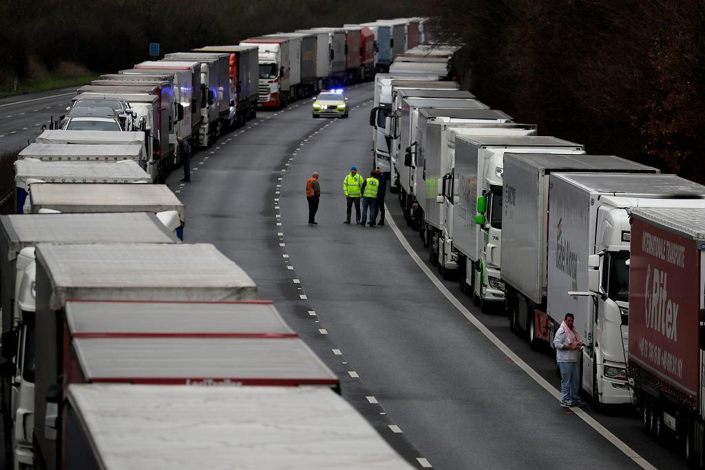 Kierowcy oczekujący na wyjazd z Wielkiej Brytanii