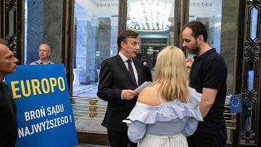 Pikieta 'Europo Broń Sądu Najwyższego' podczas kongresu Europejskiej Partii Ludowej w Warszawie, 4 czerwca 2018.