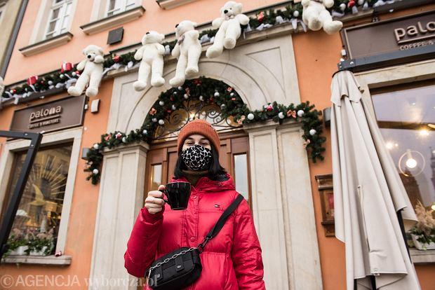 Zdjęcie numer 34 w galerii - Tłumy na Rynku we Wrocławiu. Spacery z jedzeniem na wynos i puszczanie baniek