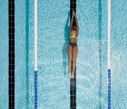 Regularne pływanie rzeźbi mięśnie i wysmukla ciało.
