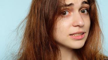Elektryzujące się włosy to twoja zmora? Znamy prosty sposób, dzięki któremu uporasz się z problemem