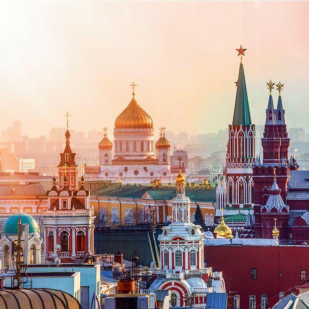 Moskwa, gwiazdy, dwugłowe orły ikrzyże, czyli symbole imperium ponad zielonymi dachami Kremla