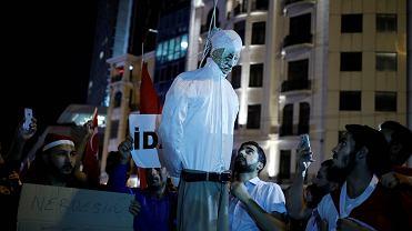Protest zwolenników Erdogana z kukłą Gulena