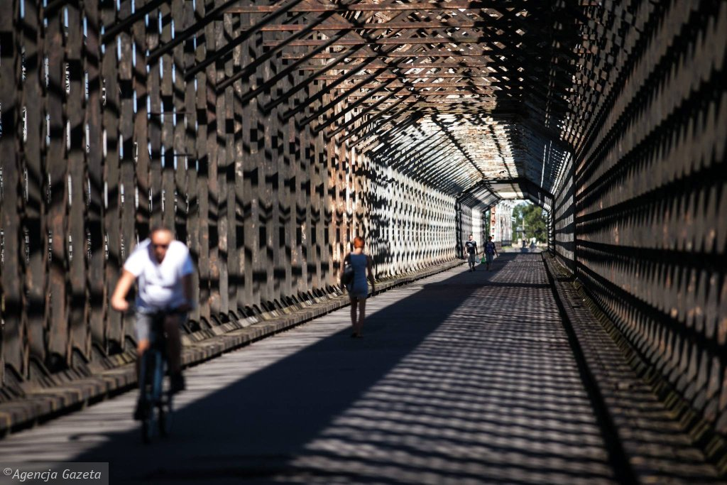 W październiku 2011 roku most został zamknięty dla ruchu drogowego i pieszego, ale mieszkańcy i tak z niego korzystają. / RENATA DĄBROWSKA