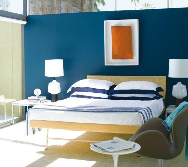Sypialnia a granatową ścianą
