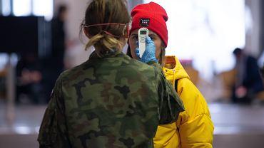 13.03.2020, koronawirus, kontrola temperatury pasażerów na lotnisku w Bydgoszczy.