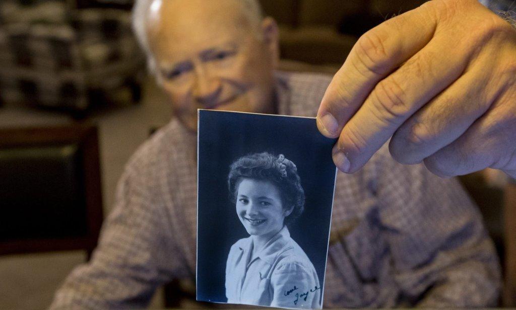Thomas Norwood pokazuje zdjęcie swojej ukochanej