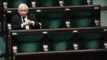 Prezes PiS Jarosław Kaczyński odizolowany na sali plenarnej. Posiedzenie sejmu w dobie pandemii koronawirusa. Warszawa, 26 marca 2020