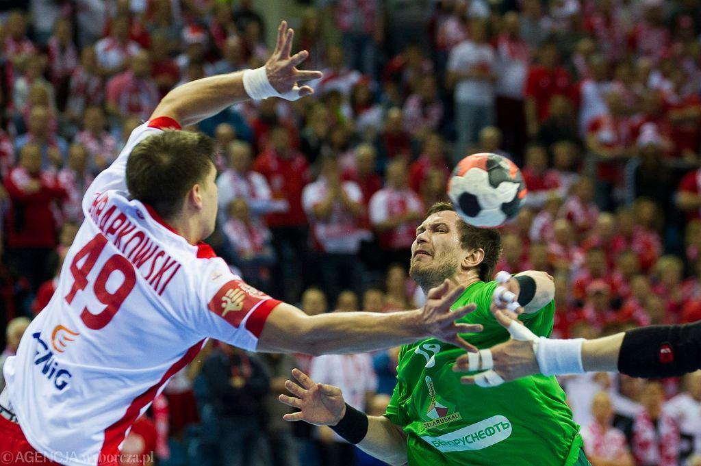 Mecz Polska - Białoruś na mistrzostwach Europy w piłce ręcznej 2016. W akcji obronnej Piotr Chrapkowski