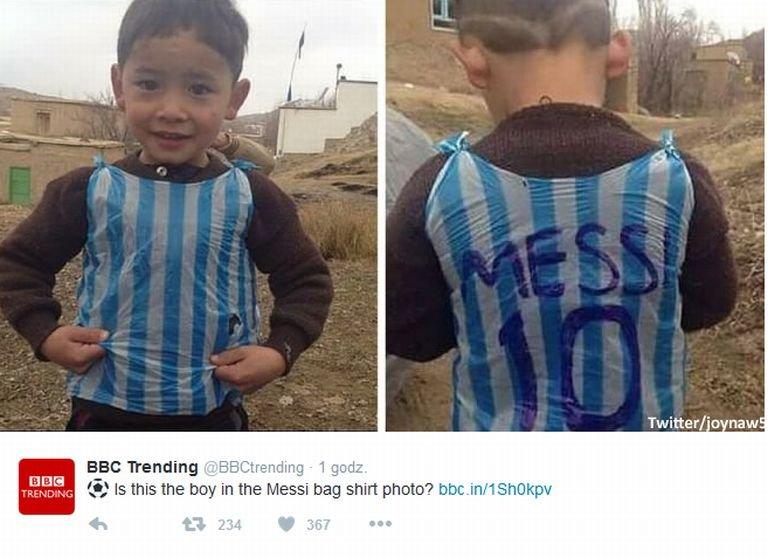Przejmującą fotografię opublikował w styczniu blog 'Fanatik'. Chłopiec na zdjęciu nosi plastikową 'reklamówkę' z charakterystycznymi dla reprezentacji Argentyny błękitnymi pasami. I oczywiście z napisem 'Messi 10'.