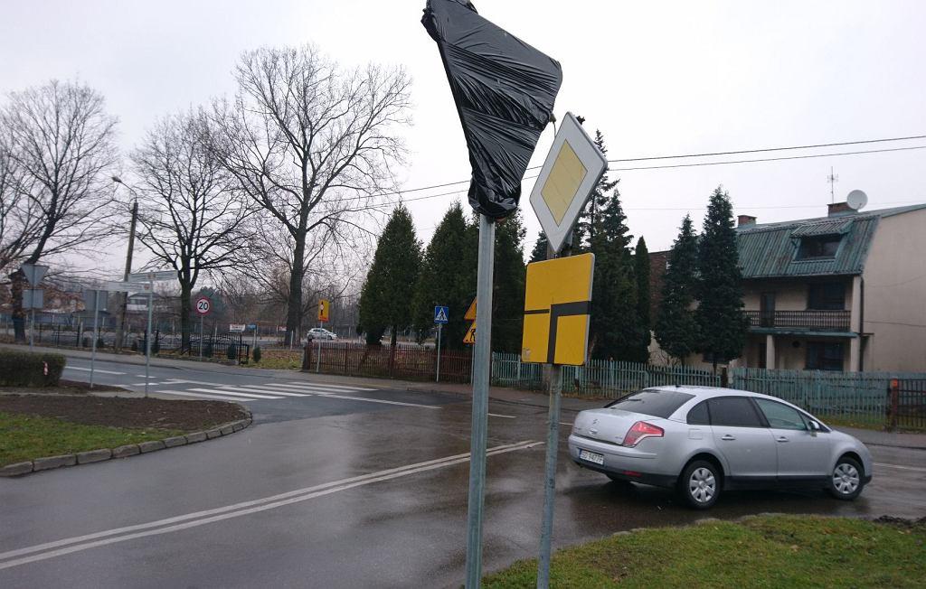 Zakończyła się budowa ronda i przebudowa fragmentu alei Poniatowskiego w Dąbrowie Górniczej, której zwieńczeniem będzie zmiana pierwszeństwa przejazdu na skrzyżowaniach z ul. Kraszewskiego i Augustynika