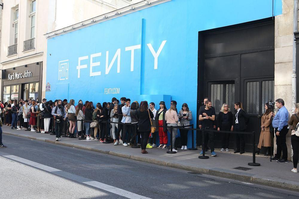 Fani stoją w kolejce po kolekcje Rihanny