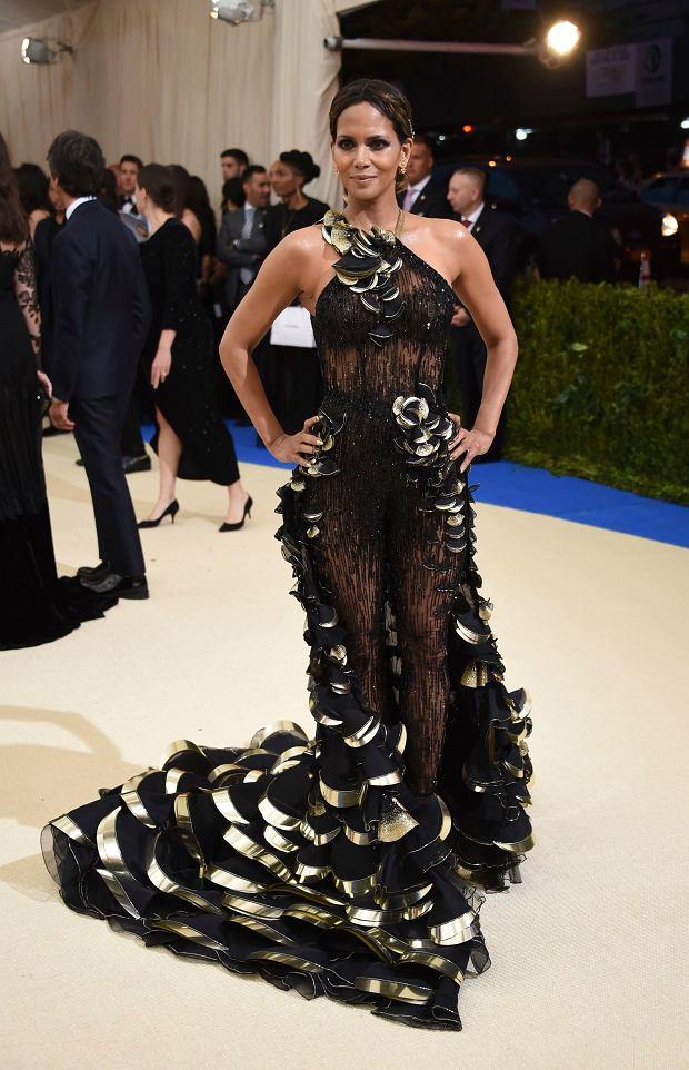 Zdjęcie numer 19 w galerii - MET Gala 2017. Jennifer Lopez z nowym partnerem i Rihanna w najdziwaczniejszej kreacji wieczoru