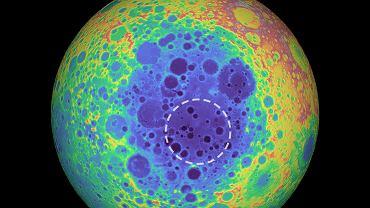 Mapa topograficzna Księżyca, widzianego od strony bieguna południowego. Na niebiesko pokolorowane zostały obszary niżej położone. Linią kreskowaną zaznaczono depresję basenu Aitkena, pod którą znajduje się anomalia