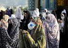 Epidemia w Iranie przyspiesza, ale władze znoszą ograniczenia