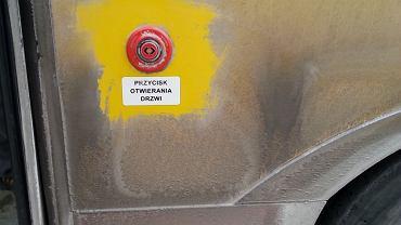 Na zewnątrz można zaobserwować małe placki bez soli wokół tzw. ciepłego guzika do otwierania drzwi. Te miejsca zostały 'oczyszczone' przez pasażerów, którzy chcą wejść do środka