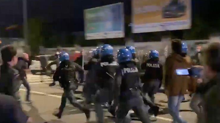 Włoscy kibole powiedzieli dość! Czekali na piłkarzy. Policja ruszyła z odsieczą [WIDEO]