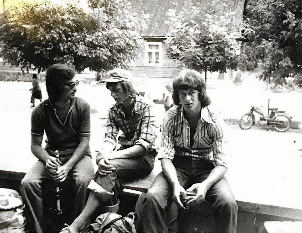 Roman Gutek: 'Wakacje, rajd szkolny, 1976, Kazimierz Dolny na Wisłą, jestem (w środku) z kolegami z liceum'.