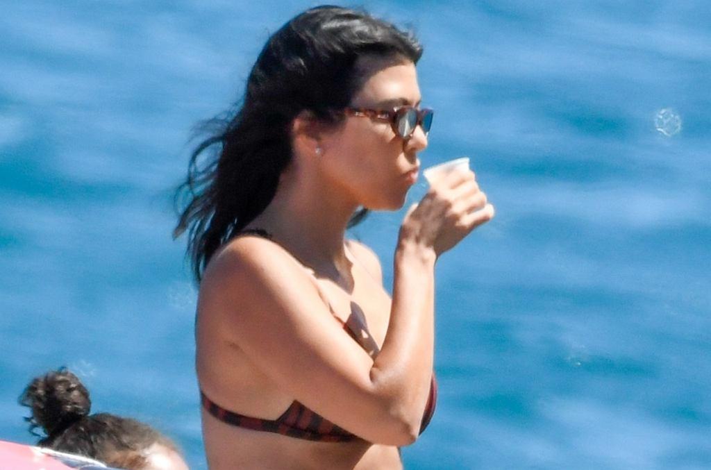 Kourtney Kardashian w bikini na jachcie