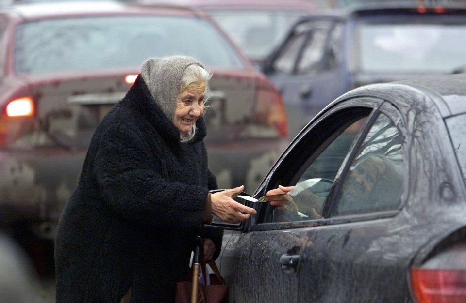 Według wstępnych danych Rosstat na koniec zeszłego roku w ubóstwie żyło 19,2 mln Rosjan, czyli 13,4 proc. całego społeczeństwa. Na z. żebraczka - na jednym z moskiewskich skrzyżowań