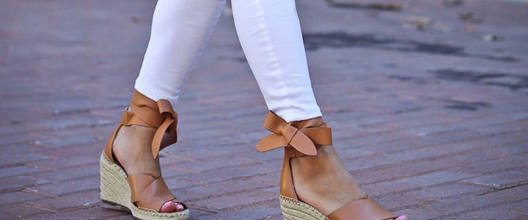 Latem wybierz modne sandały na koturnie. TOP 21 markowych modeli, które kupisz z ogromnym rabatem. Opłaca się!