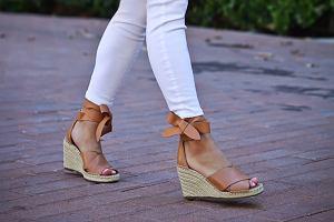 CCC wyprzedaje sandały na koturnie! Te piękne modele są idealne do sukienek i spódnic
