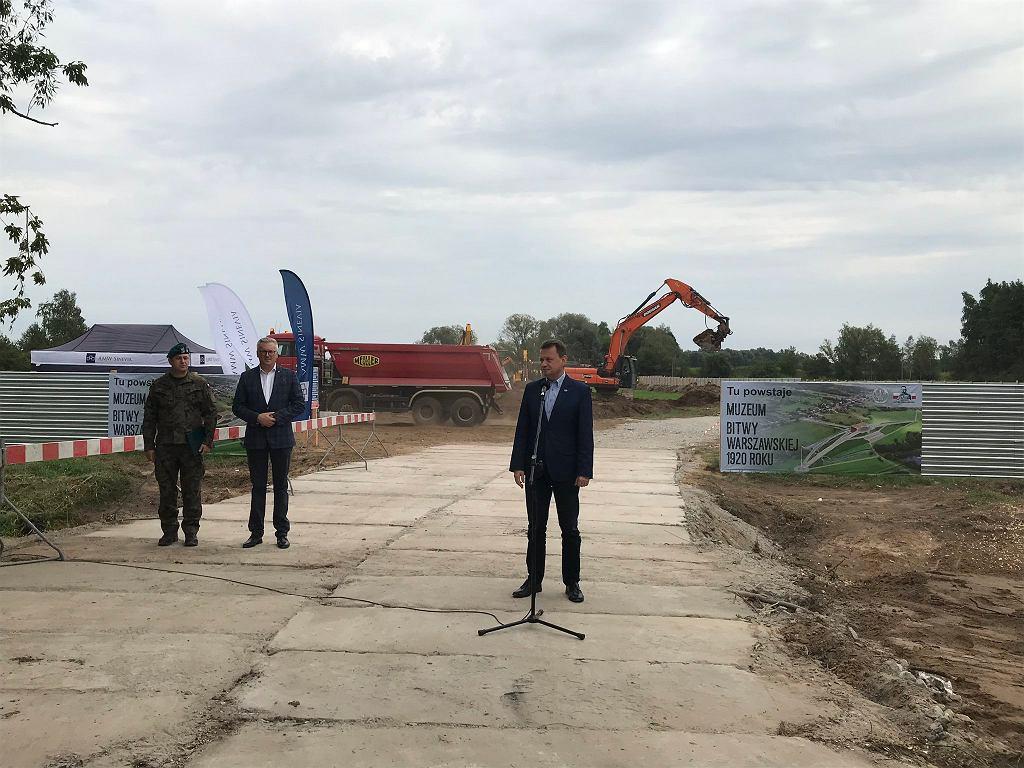 Sierpień 2020 r. Minister obrony narodowej Mariusz Błaszczak na placu budowy Muzeum Bitwy Warszawskiej 1920 r. w Ossowie., gdzie właśnie zaczęły się pierwsze prace, choć muzeum w 2020 r. miało być gotowe.