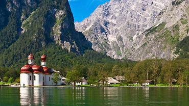 Jezioro Konigssee, Niemcy. W Alpach Bawarskich, w Alpen-Nationalpark Berchtesgaden leży prawdziwy górski klejnot  - jezioro Konigssee. To malownicze jezioro ze szmaragdową wodą wciśnięte w strome zbocza otaczających gór przypomina skandynawski fiord. Dominuje nad nim Watzmann - drugi co do wielkości szczyt niemiecki. Łodzią można dopłynąć na półwysep St. Bartholomä, gdzie znajduje się kościół pielgrzymkowy, będący symbolem jeziora oraz zamek łowiecki bawarskich królów. Jezioro pięknie wygląda o każdej porze roku, ale warto je zobaczyć szczególnie późną wiosną, gdy ośnieżone szczyty w tle kontrastują z jego turkusową wodą.
