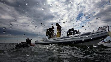 Nurkowie na pontonie (zdjęcie ilustracyjne)
